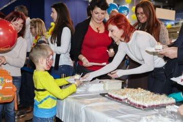 Belevalók tortaosztás